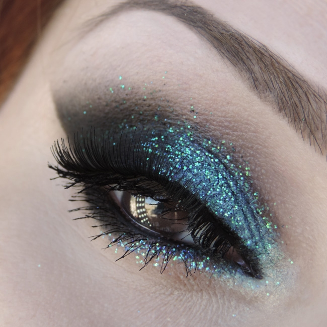 Dark Mermaid: cat eyes esfumado preto e glitter azul